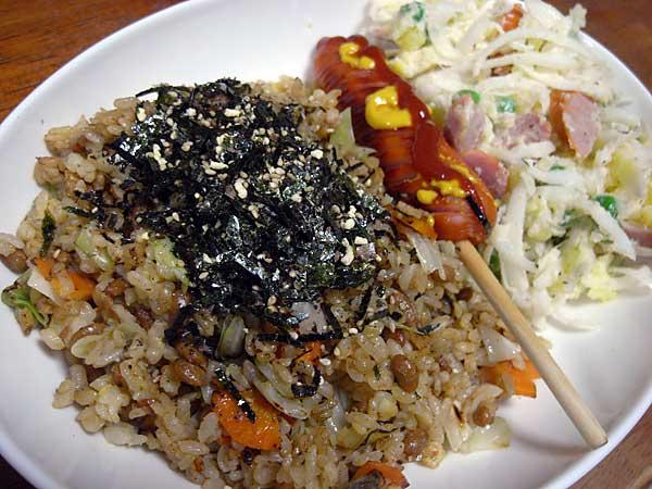納豆焼飯とウィンナーとサラダ